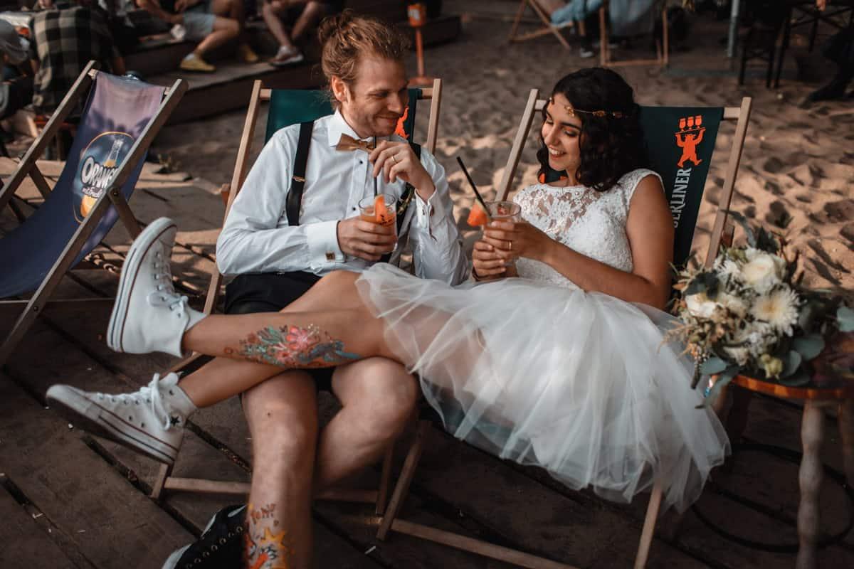 Hipster Paar mit bulli bus. Kurz Hochzeitskleid. Hochzeitsfotograf Berlin Vasil Bituni-1