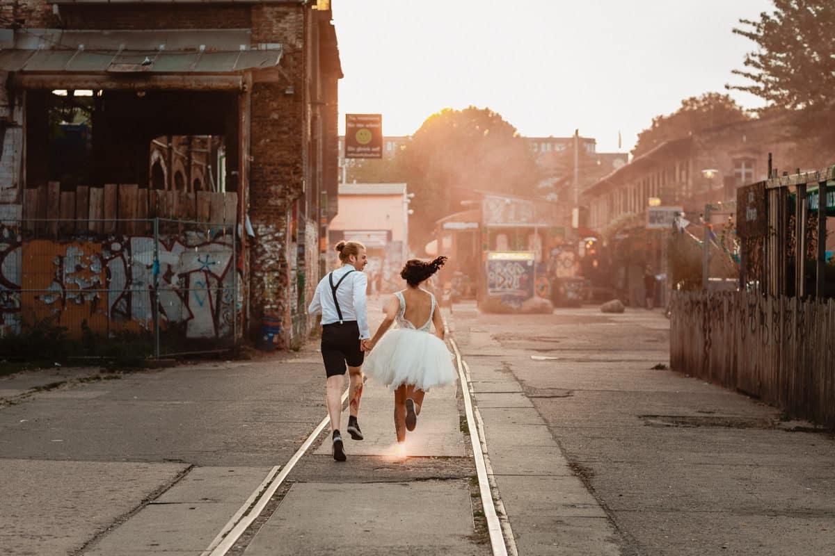 Hipster Paar kurzes Hochzeitskleid Hochzeitsfotograf Berlin Vasil Bituni