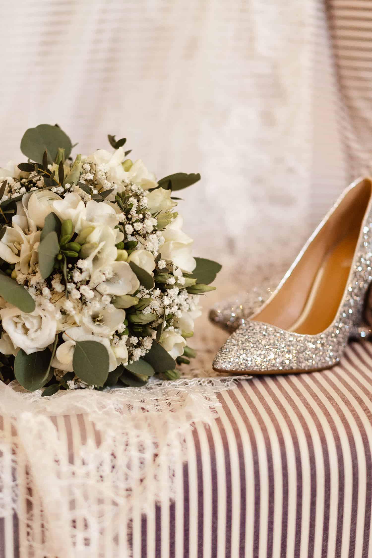 Blumenstrauß und Brautschuhe