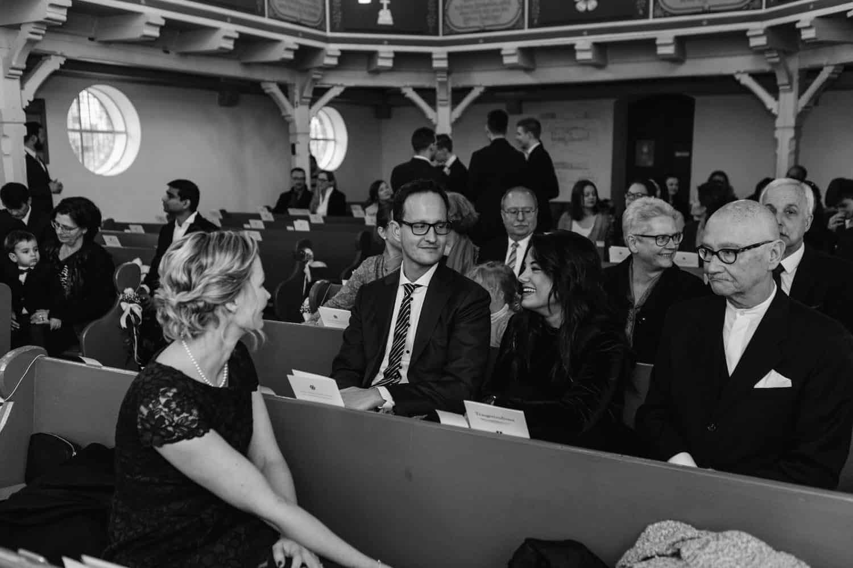 """Gast wartet auf die Braut in der Kirche """"Zum Guten Hirten"""" Grünheide (Mark)"""