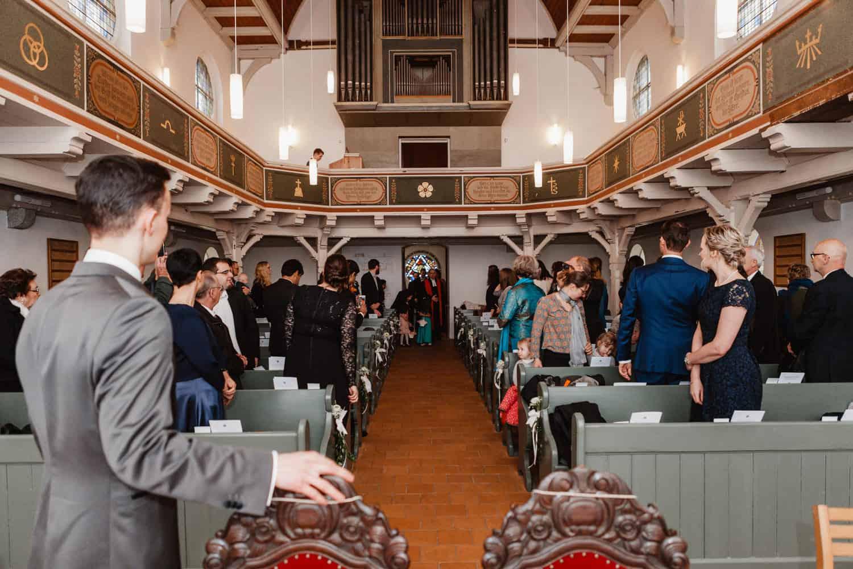 """Bräutigam wartet auf die Braut in der Kirche """"Zum Guten Hirten"""" Grünheide (Mark)"""