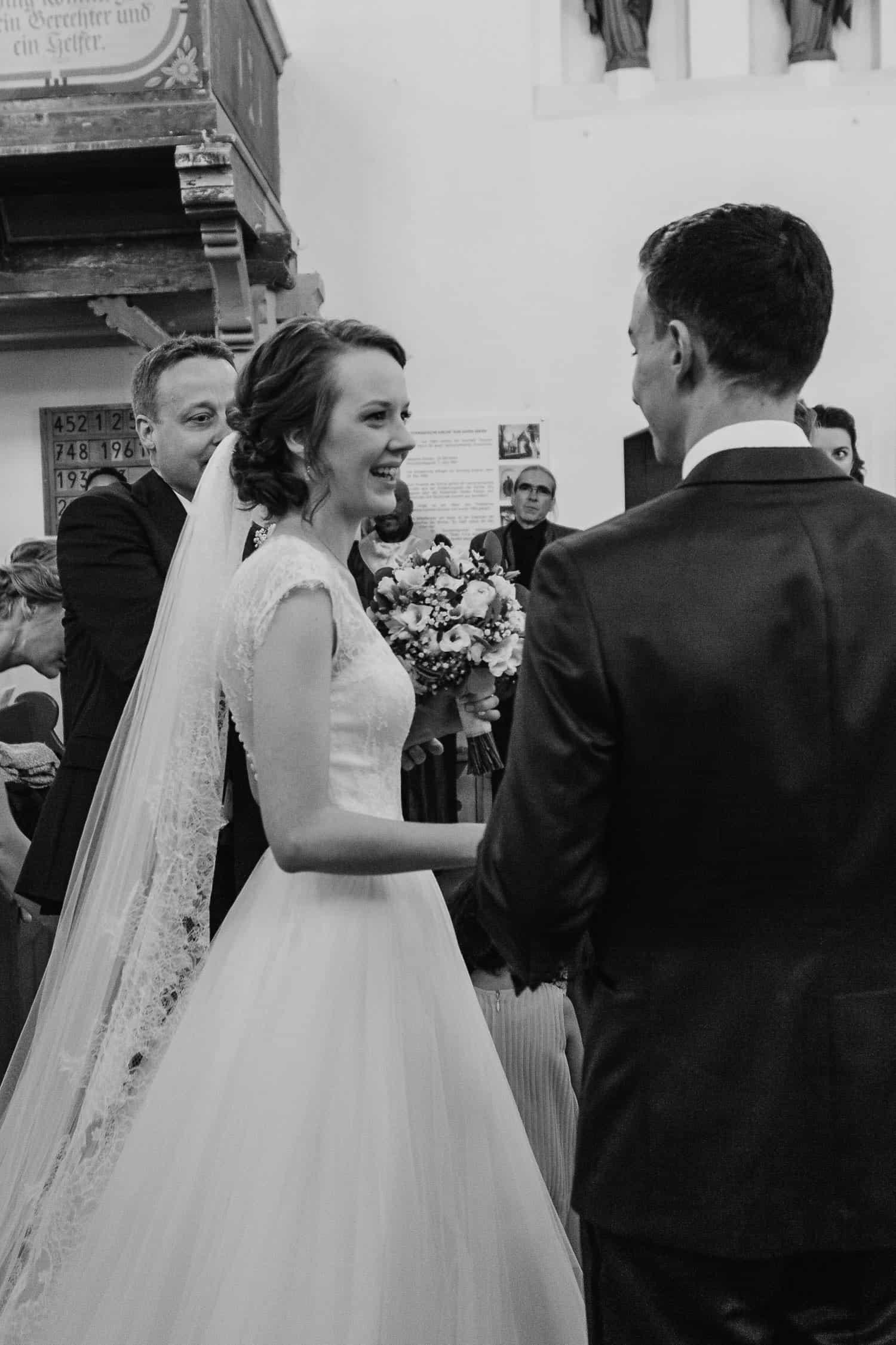 """Braut und Bräutigam in der Kirche """"Zum Guten Hirten"""" Grünheide (Mark)"""