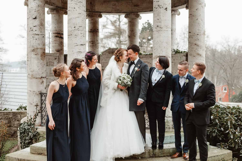 Paar und Brautjungfer und Trauzeugen Schloss Wulkow Winter Hochzeit