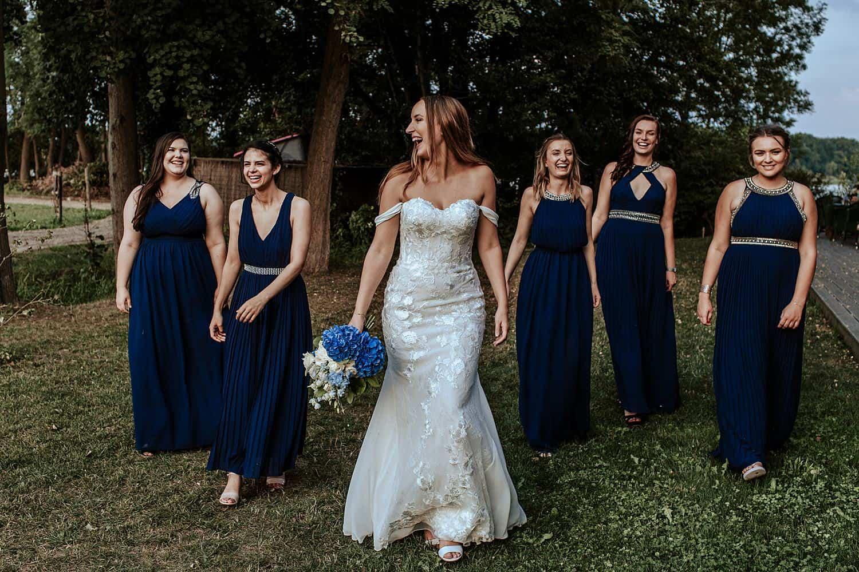 Braut und Brautjungfer mit Blauer Kleider,
