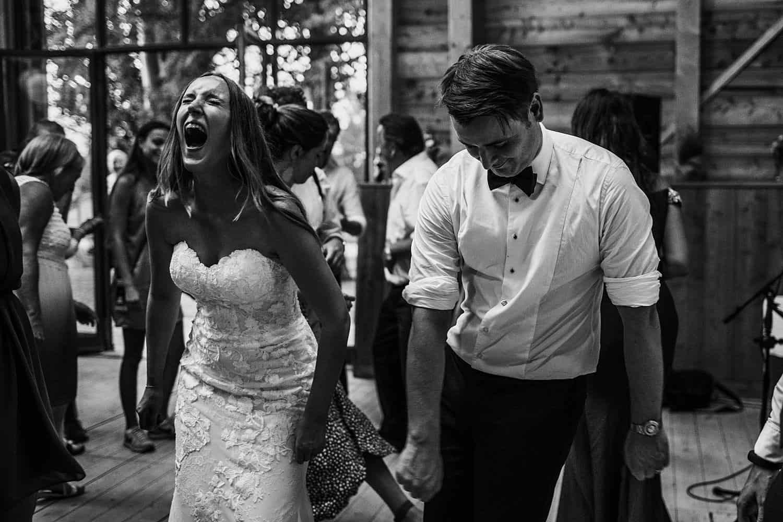 Gäste und brautpaar tanzen,