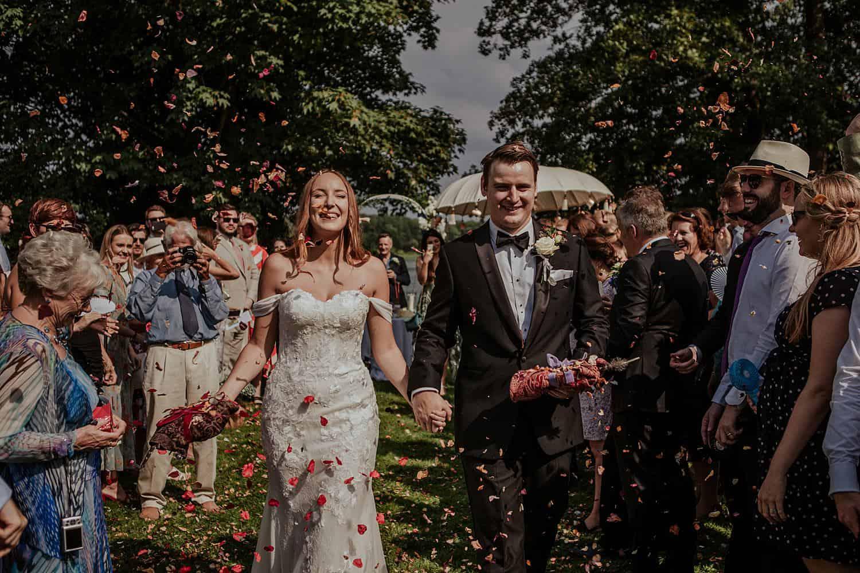 Bräutigam und Braut nach die Zeremonie,