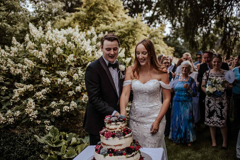 Bräutigam und Braut Torte Schneiden,