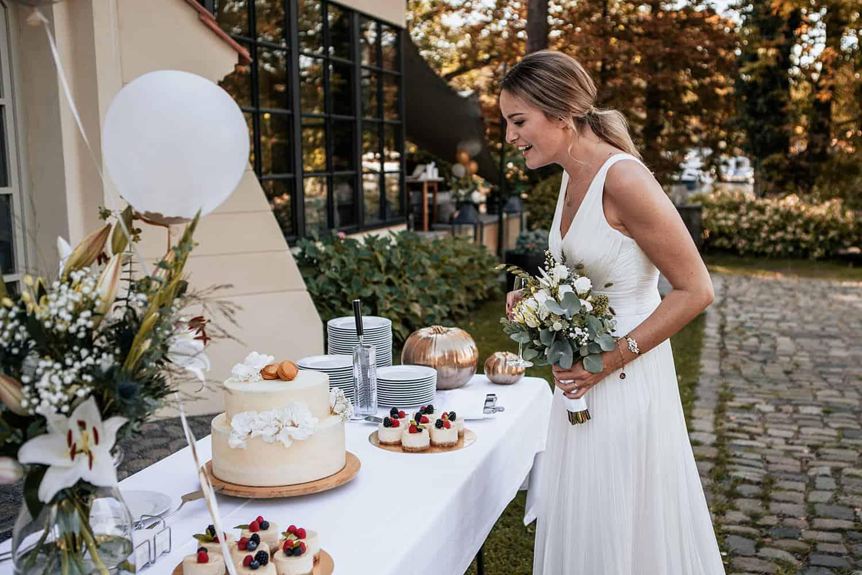hochzeitsfotograf berlin vasil bituni,remise am see hochzeit braut mit torte,