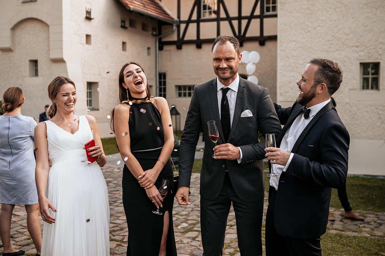 remise am see hochzeit brautpaar mit gäste cocktail,